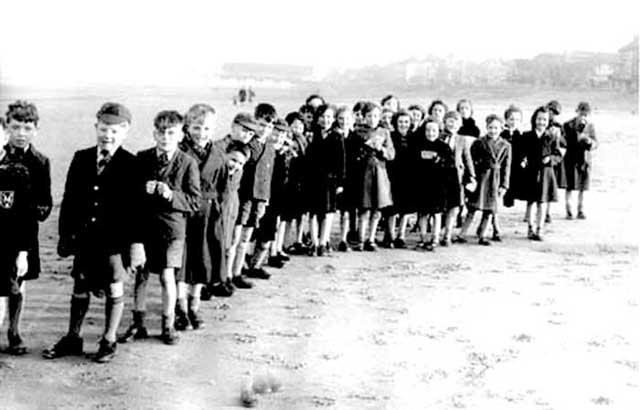 0897schoolchildrenonthebeach1954.jpg